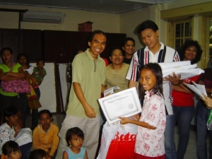 Hamidah menerima Piagam Penghargaan atas prestasinya sebagai peserta terbaik Kompetisi Matematika. Piagam diserahkan oleh PIC Kompetisi yaitu kak Ian.